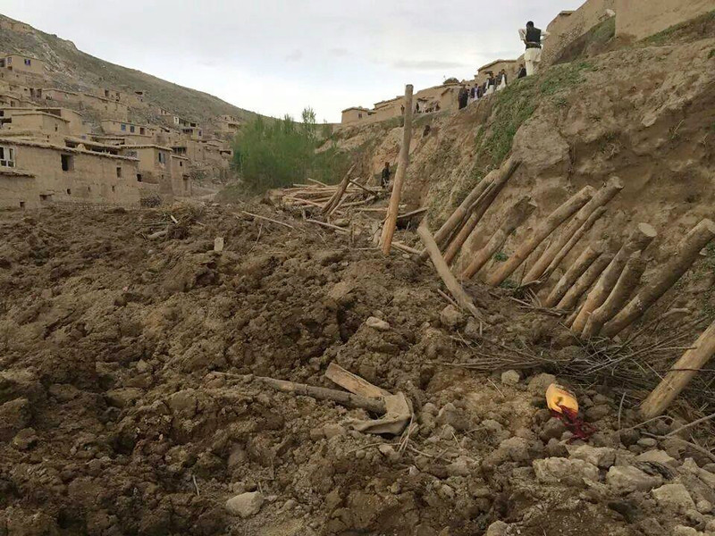 Description of . Afghans search for survivors after a massive landslide landslide buried a village Friday, May 2, 2014 in Badakhshan province, northeastern Afghanistan, which Afghan and U.N. officials say left hundreds of dead and missing missing.(AP Photo/Ahmad Zubair)