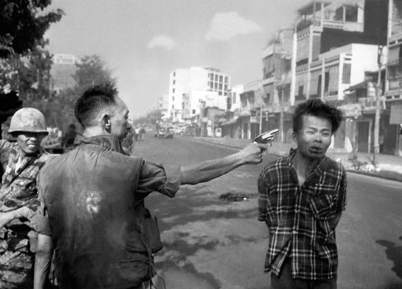 Description of  South Vietnamese Gen. Nguyen Ngoc Loan, chief of the national police, fires his pistol into the head of suspected Viet Cong officer Nguyen Van Lem, also known as Bay Lop, on a Saigon street, early in the Tet Offensive on Feb. 1, 1968. (AP Photo/Eddie Adams)