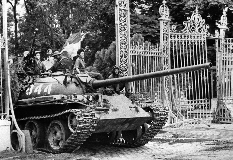 Description of  A North Vietnamese tank rolls through the gate of the Presidential Palace in Saigon, April 30, 1975, signifying the fall of South Vietnam. (AP Photo)