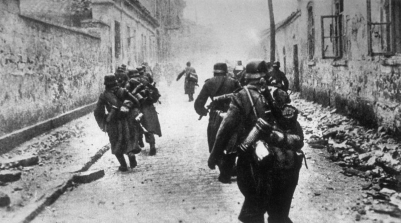 Description of  circa 1944:  Germans in the Crimea making their escape from the approaching Russians.  (Photo by Keystone/Getty Images)