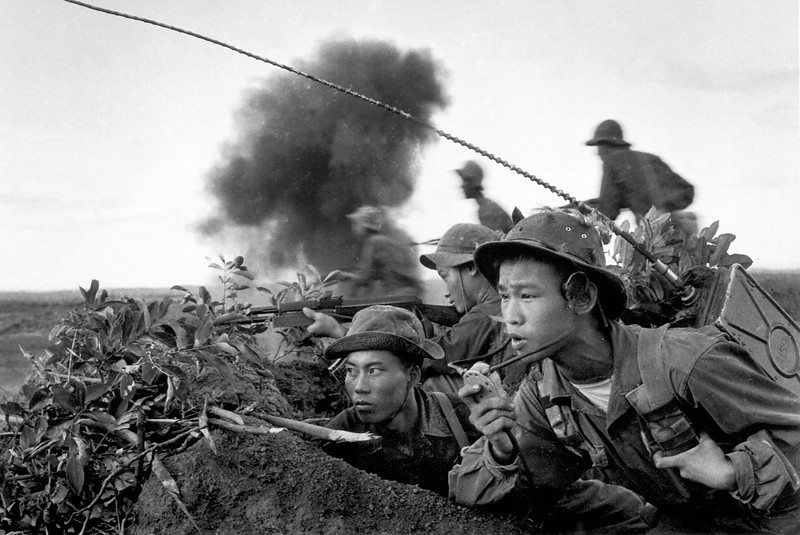 Description of  1970. The radio team with a North Vietnamese Army attack group during the offensive on the city of Quang Tri. © Doan Công Tinh