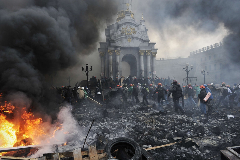 Description of  Protesters advance towards new positions in Kiev on February 20, 2014. Armed protesters stormed police barricades in Kiev on Thursday in renewed violence that killed at least 26 people and shattered an hours-old truce as EU envoys held crisis talks with Ukraine's embattled president. Bodies of anti-government demonstrators lay amid smouldering debris after masked protesters hurling Molotov cocktails and stones forced police from Kiev's iconic Independence Square -- the epicentre of the ex-Soviet country's three-month-old crisis.  AFP PHOTO / LOUISA GOULIAMAKI