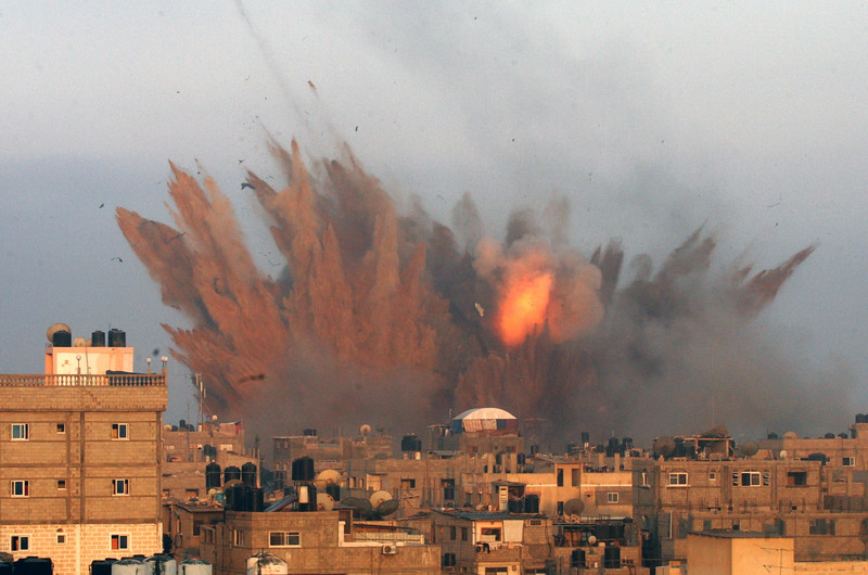 Description of  A ball of fire is seen following an Israeli air strike, on July 11, 2014 in Rafah, in the southern of Gaza Strip. Israeli warplanes kept up deadly raids on Gaza but failed to stop Palestinian militants firing rockets across the border, as the United States offered to help negotiate a truce. AFP PHOTO / SAID KHATIB