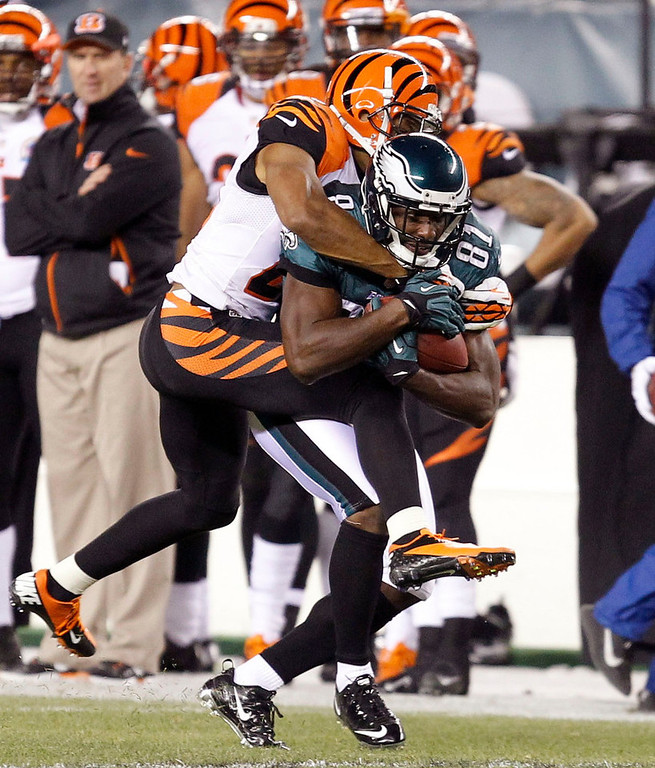 Description of . Cincinnati Bengals cornerback Leon Hall  (L) tries to strip the ball from Philadelphia Eagles wide receiver Jeremy Maclin after a reception during their NFL football game in Philadelphia, Pennsylvania, December 13, 2012.  REUTERS/Tim Shaffer
