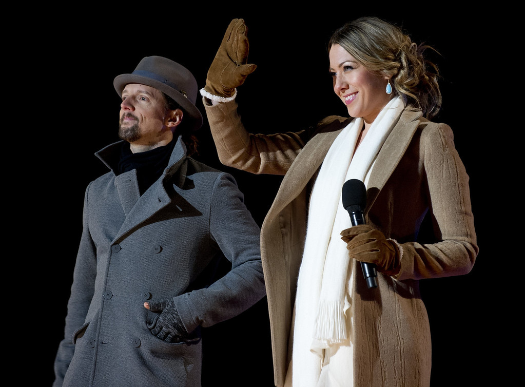 Description of . Singer Colbie Caillat (R) waves alongside singer Jason Mraz after performing together during the National Christmas Tree Lighting on the Ellipse adjacent to the White House in Washington, DC, on December 6, 2012. The annual event, hosted by Actor Neil Patrick Harris, features US President Barack Obama and performances by Jason Mraz, Ledisi, James Taylor, Kenny