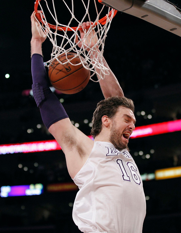 Description of . Los Angeles Lakers' Pau Gasol of Spain dunks the ball with 12 seconds left in the game against the New York Knicks, during the second half of their NBA basketball game in Los Angeles December 25, 2012. REUTERS/Danny Moloshok