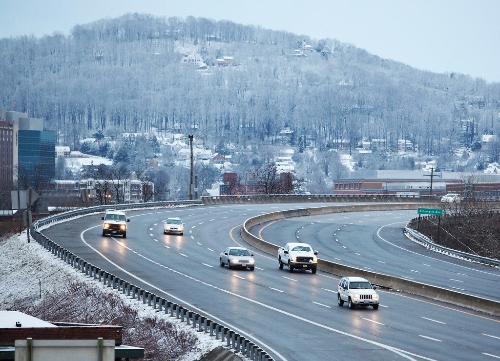 Description of . Traffic flows along I-581 as seen from Elm Avenue on Wednesday morning in Roanoke. Warm temperatures kept snow from accumulating on roads and sidewalks.   (AP Photo/The Roanoke Times, Joel Hawksley)