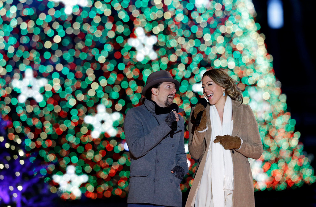 Description of . Jason Mraz, left, and Colbie Caillat, sing during the 90th annual National Christmas Tree Lighting ceremony on the Ellipse south of the White House, Thursday, Dec. 6, 2012 in Washington. (AP Photo/Alex Brandon)