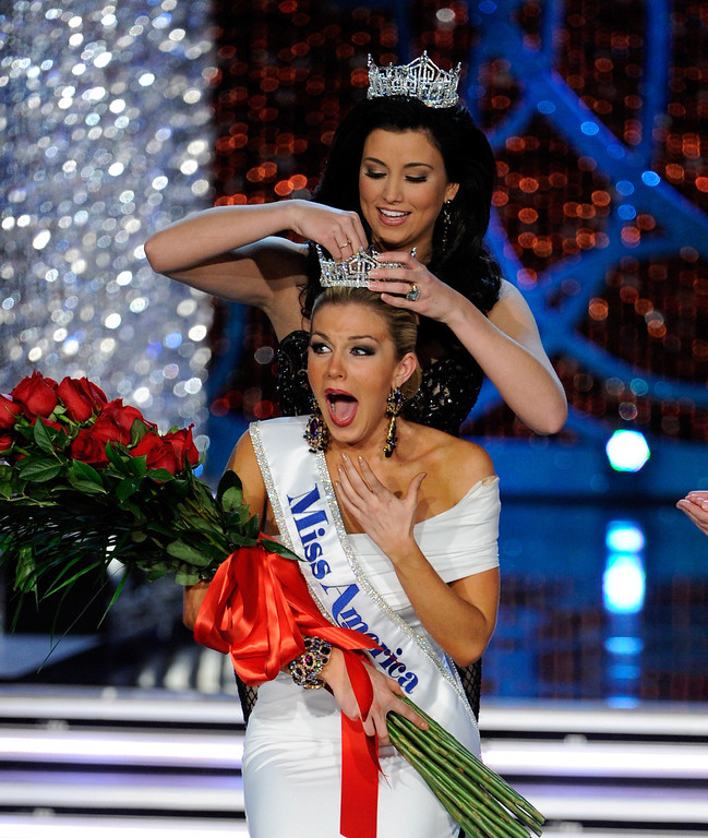 Description of . Miss America 2012 Laura Kaeppeler crowns Mallory Hytes Hagan of New York the new Miss America during the 2013 Miss America Pageant at PH Live at Planet Hollywood Resort & Casino on January 12, 2013 in Las Vegas, Nevada.  (Photo by David Becker/Getty Images)