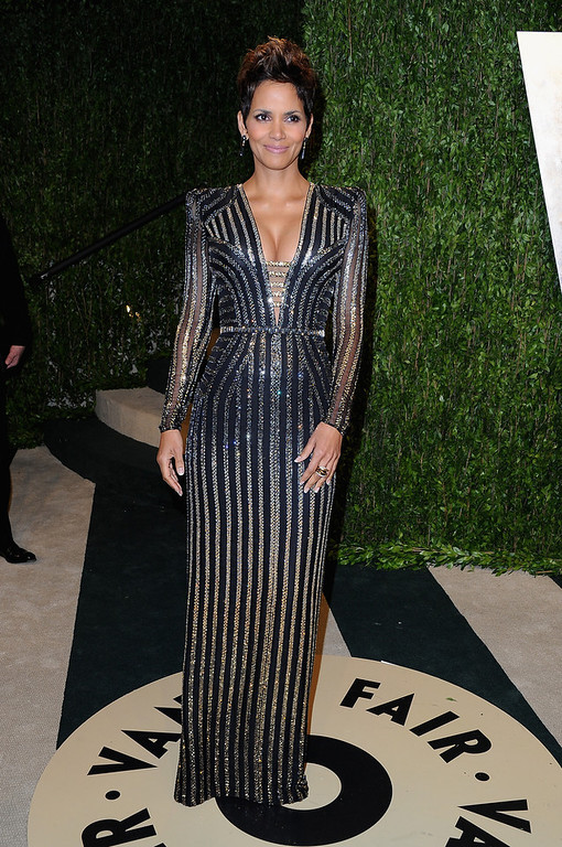Description of . Actress Halle Berry arrives at the 2013 Vanity Fair Oscar Party hosted by Graydon Carter at Sunset Tower on February 24, 2013 in West Hollywood, California.  (Photo by Pascal Le Segretain/Getty Images)