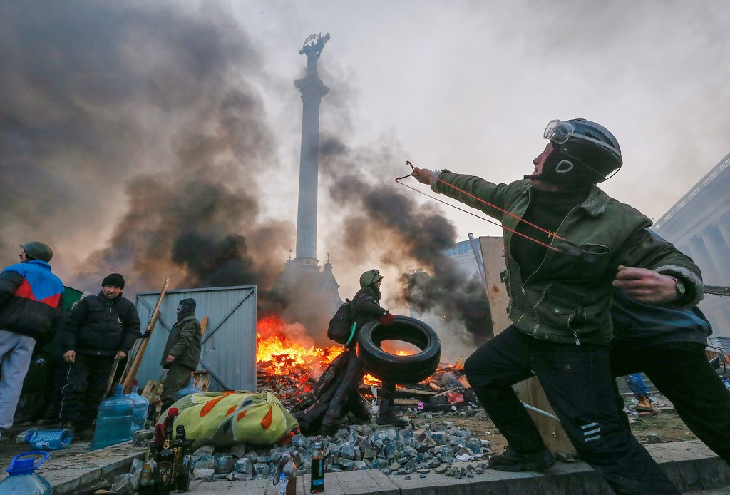 Description of . A protester uses a catapult during clashes with riot police in downtown Kiev, Ukraine, 19 February 2014.  EPA/SERGEY DOLZHENKO