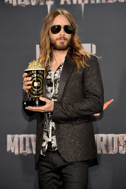 Description of . Actor Jared Leto poses with the Best On-Screen Transformation award in the press room during the 2014 MTV Movie Awards at Nokia Theatre L.A. Live on April 13, 2014 in Los Angeles, California.  (Photo by Michael Buckner/Getty Images)