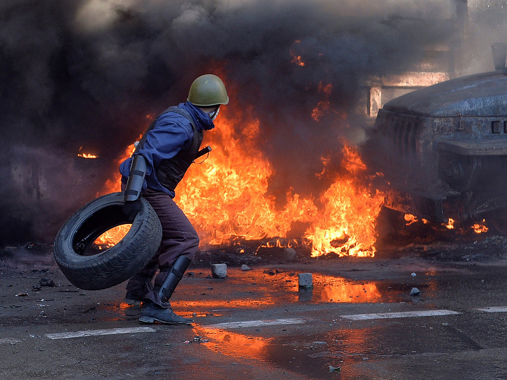 Description of . Anti-government protesters clash with riot police in central Kiev on February 18, 2014.  AFP PHOTO/ SERGEI  SUPINSKY/AFP/Getty Images