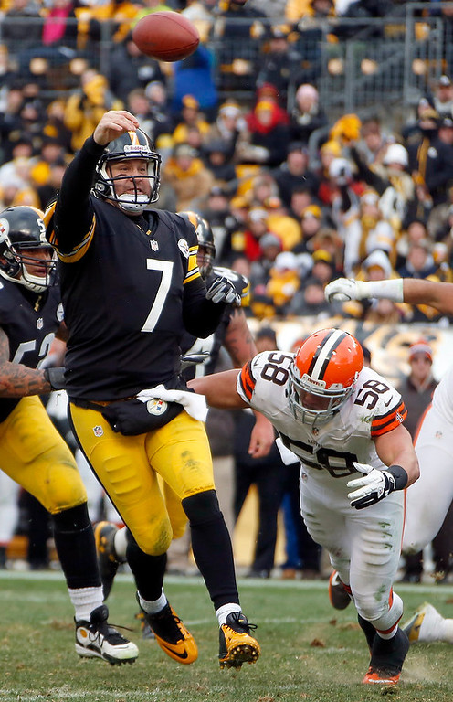 Description of . Ben Roethlisberger makes touchdown pass as he is pressured by Cleveland Browns outside linebacker L.J. Fort (58) in the third quarter of an NFL football game in Pittsburgh, Sunday, Dec. 30, 2012. (AP Photo/Gene J. Puskar)