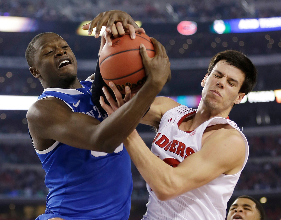 Description of . Kentucky forward Julius Randle, left, fights for a rebound with Wisconsin forward Duje Dukan during the second half of an NCAA Final Four tournament college basketball semifinal game Saturday, April 5, 2014, in Arlington, Texas. (AP Photo/David J. Phillip)