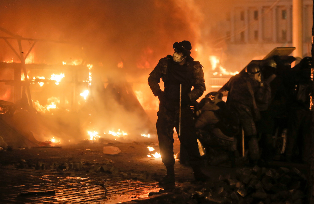 Description of . Anti-government protesters clash with riot police in Kiev's Independence Square, the epicenter of the country's current unrest,  Kiev, Ukraine, Tuesday, Feb. 18, 2014.  (AP Photo/Efrem Lukatsky)