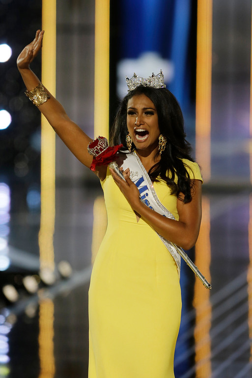 Description of . Miss New York Nina Davuluri walks down the runway after winning the the Miss America 2014 pageant, Sunday, Sept. 15, 2013, in Atlantic City, N.J. (AP Photo/Mel Evans)