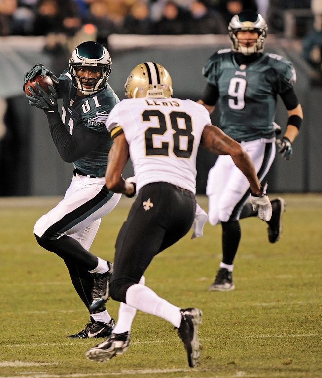Description of . epa04008529 Philadelphia Eagles player Jason Avant (L) catches a pass against New Orleans Saints player Keenan Lewis (C) in the first half of their NFL Wildcard game at Lincoln Financial Field in Philadelphia, Pennsylvania, USA, 04 January 2014.  EPA/PETER FOLEY