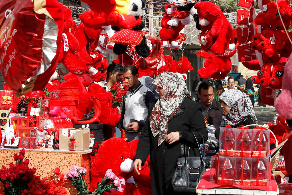 Description of . Iraqis shop for gifts for Valentine's Day in Baghdad February 14, 2013.  REUTERS/Mohammed Ameen