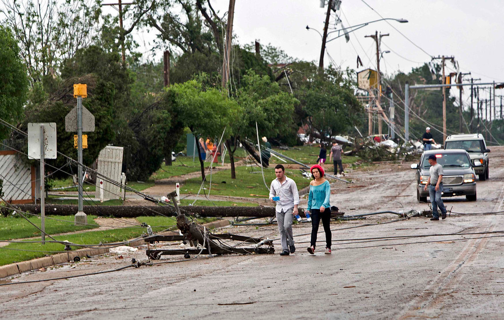 . Downed power lines block a road after a huge tornado struck Moore, Oklahoma, near Oklahoma City, May 20, 2013. A massive tornado tore through the Oklahoma City suburb of Moore on Monday, killing at least 51 people as winds of up to 200 miles per hour (320 kph) flattened entire tracts of homes, two schools and a hospital, leaving a wake of tangled wreckage.    REUTERS/Richard Rowe