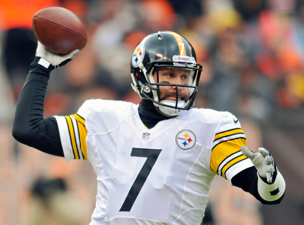 Description of . Pittsburgh Steelers quarterback Ben Roethlisberger passes against the Cleveland Browns in the first quarter of an NFL football game Sunday, Nov. 24, 2013. (AP Photo/David Richard)