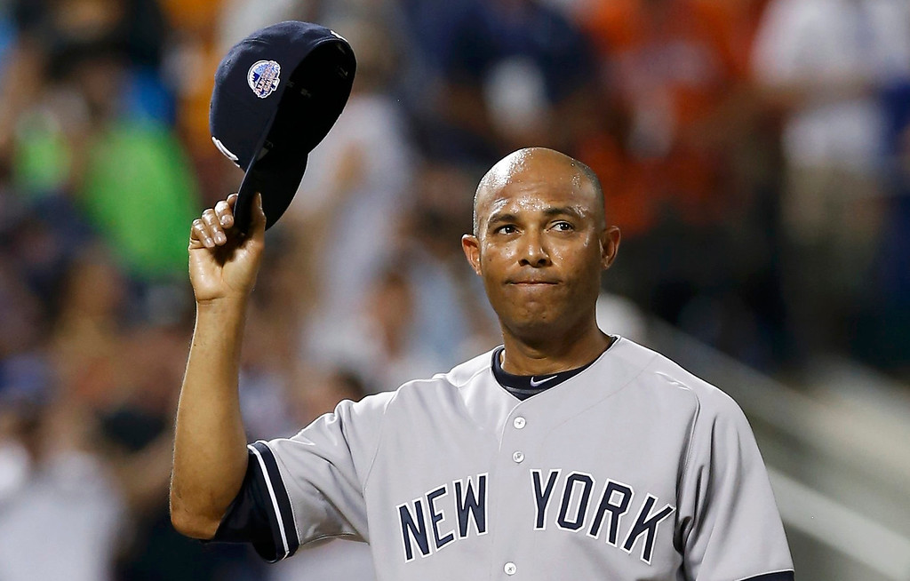 Description of . American League pitcher Mariano Rivera takes his cap off to a standing ovation as he steps to the mound in the 8th inning against the National League during Major League Baseball's All-Star Game in New York, July 16, 2013.  REUTERS/Mike Segar
