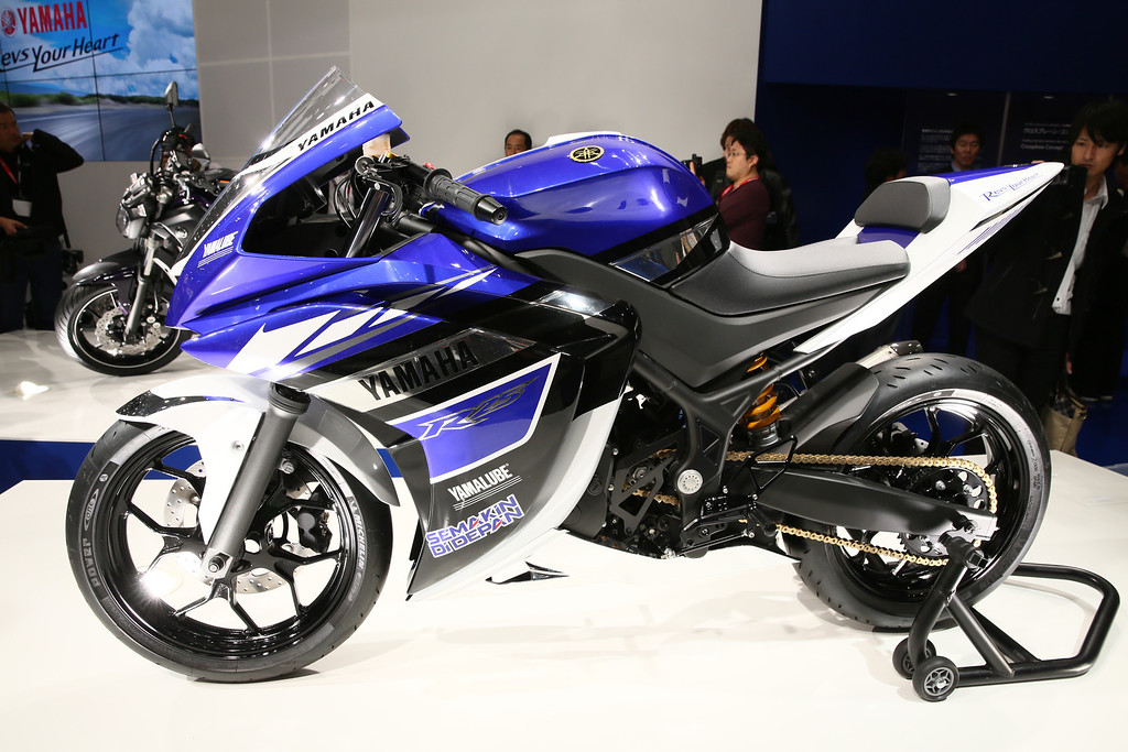 Description of . R25 (249 cc) is displayed at the Yamaha booth during the press preview for The 43rd Tokyo Motor Show 2013 at Tokyo Big Sight on November 20, 2013 in Tokyo, Japan.  (Photo by Ken Ishii/Getty Images for YAMAHA)
