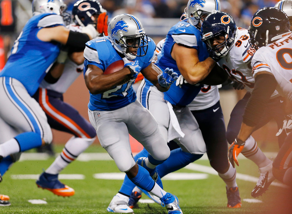 Description of . Detroit Lions running back Reggie Bush (21) runs during the first quarter of an NFL football game against the Chicago Bears at Ford Field in Detroit, Sunday, Sept. 29, 2013. (AP Photo/Paul Sancya)