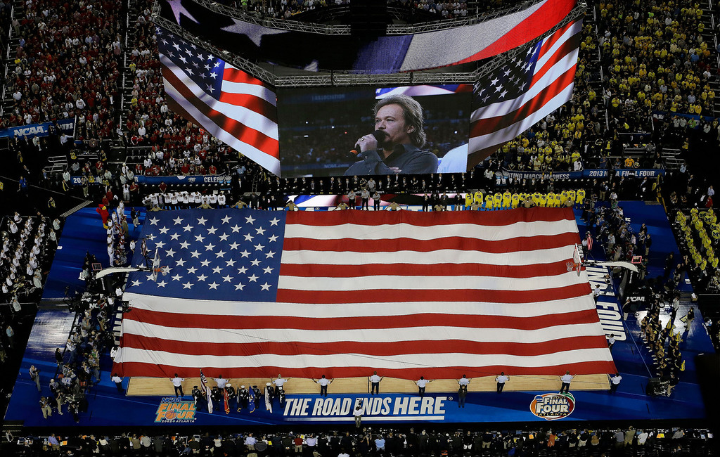 Description of . Singer Travis Tritt sings the national anthem before the first half of the NCAA Final Four tournament college basketball championship game between Michigan and Louisville, Monday, April 8, 2013, in Atlanta. (AP Photo/David J. Phillip)