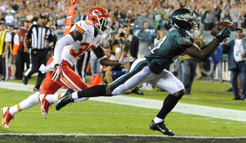 Description of . Philadelphia Eagles receiver Jason Avante catches a first-quarter touchdown pass from Michael Vick, beating the coverage by Kansas City Chiefs safety Husain Abdullah during NFL football game in Philadelphia on Thursday, Sept. 19, 2013. (AP Photo/Philadelphia Inquirer, Clem Murray)