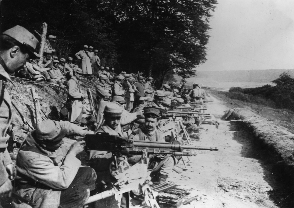 Description of . July 1915:  French soldiers at the front line are armed  with the Mitrailleuse St Etienne 1907 machine gun.  (Photo by Topical Press Agency/Getty Images)