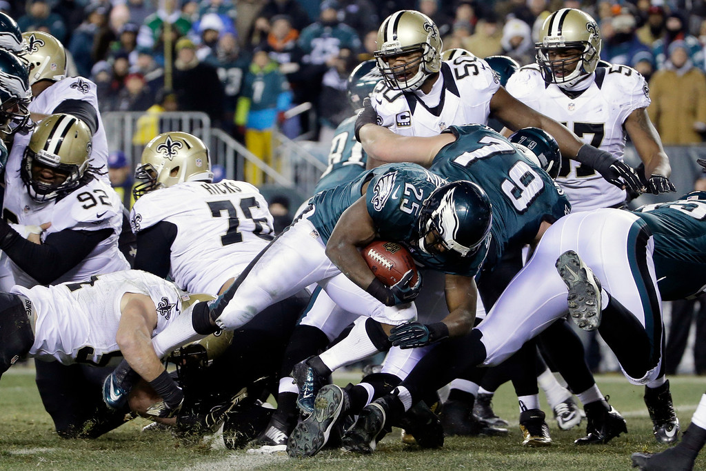 Description of . Philadelphia Eagles' LeSean McCoy (25) scores a touchdown during the second half of an NFL wild-card playoff football game against the New Orleans Saints, Saturday, Jan. 4, 2014, in Philadelphia. (AP Photo/Matt Rourke)