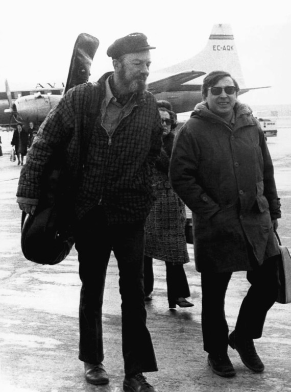 Description of . American Folk singer Pete Seeger, left, with Spanish singer Raymond, at Madrid's Barajas airport en-route to a concert in the southern Spanish city of Seville Feb.10, 1971. (AP Photo/L. Gomez)