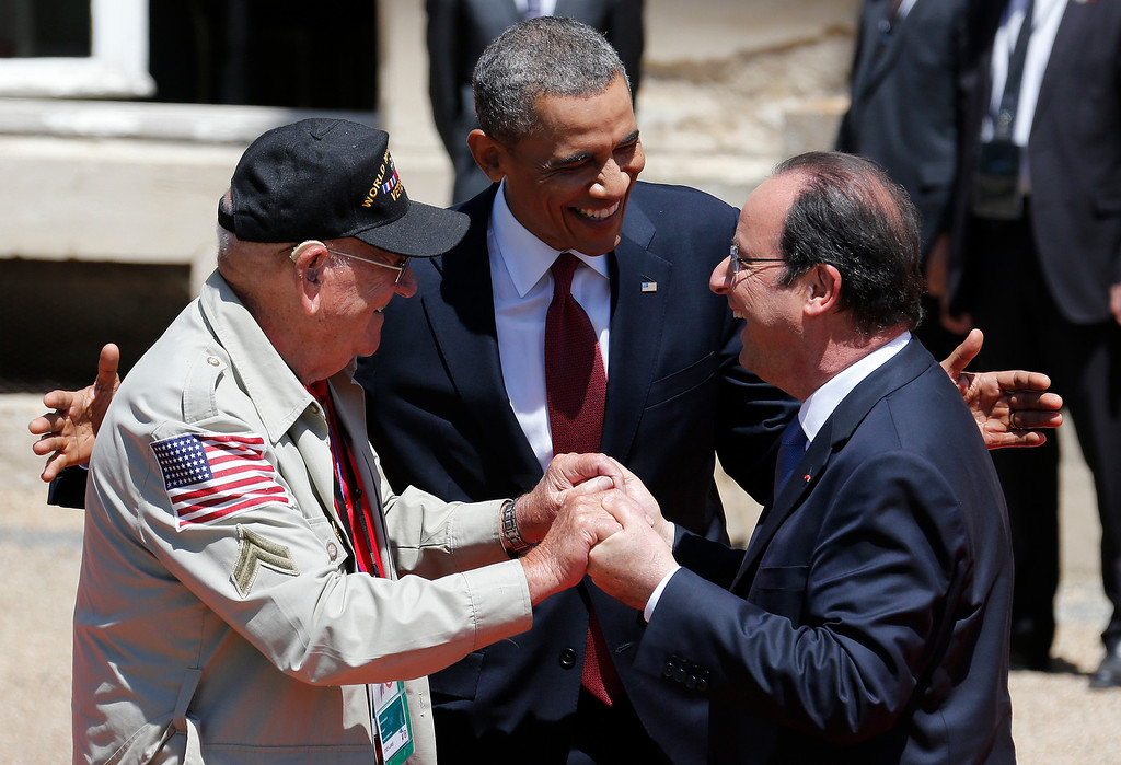 Description of . U.S. President Barack Obama, center, and French President Francois Hollande, right, smile next to World War II veteran Kenneth