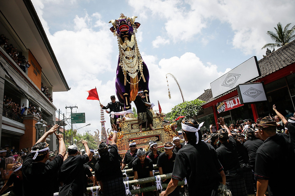 Description of . Ubud local carry bull-shaped sarcophagus to the cemetery during the Royal cremation ceremony on November 1, 2013 in Ubud, Bali, Indonesia. (Photo by Agung Parameswara/Getty Images)