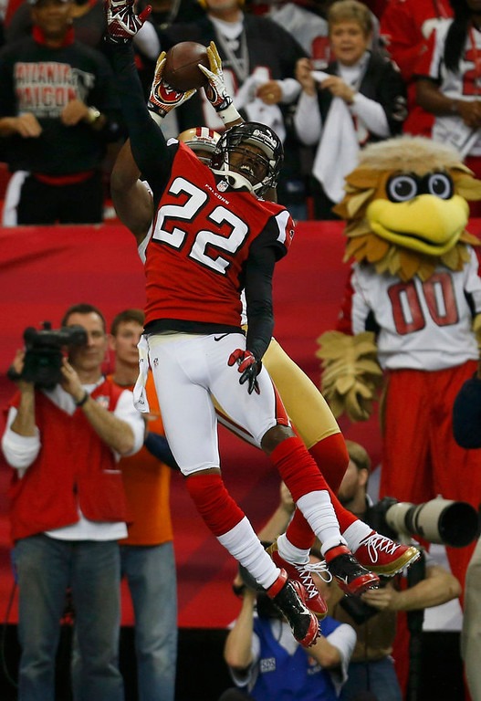 Description of . San Francisco 49ers Michael Crabtree (rear) leaps to catch a touchdown pass in the end zone over Atlanta Falcons\' Asante Samuel (22) in the NFL NFC Championship football game in Atlanta, Georgia January 20, 2013.   REUTERS/Jeff Haynes