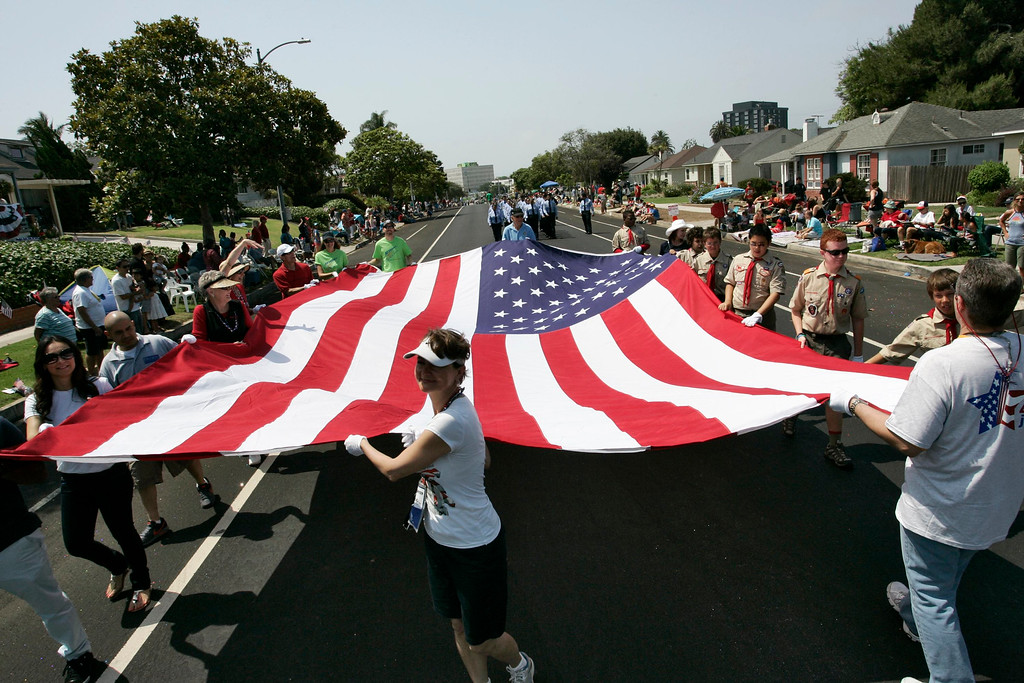 Description of . Parade participants carry a large U.S. flag during the Los Angeles neighborhood of Westchester's 14th annual Fourth of July Parade in Los Angeles, California, July 4, 2013.  REUTERS/Jonathan Alcorn