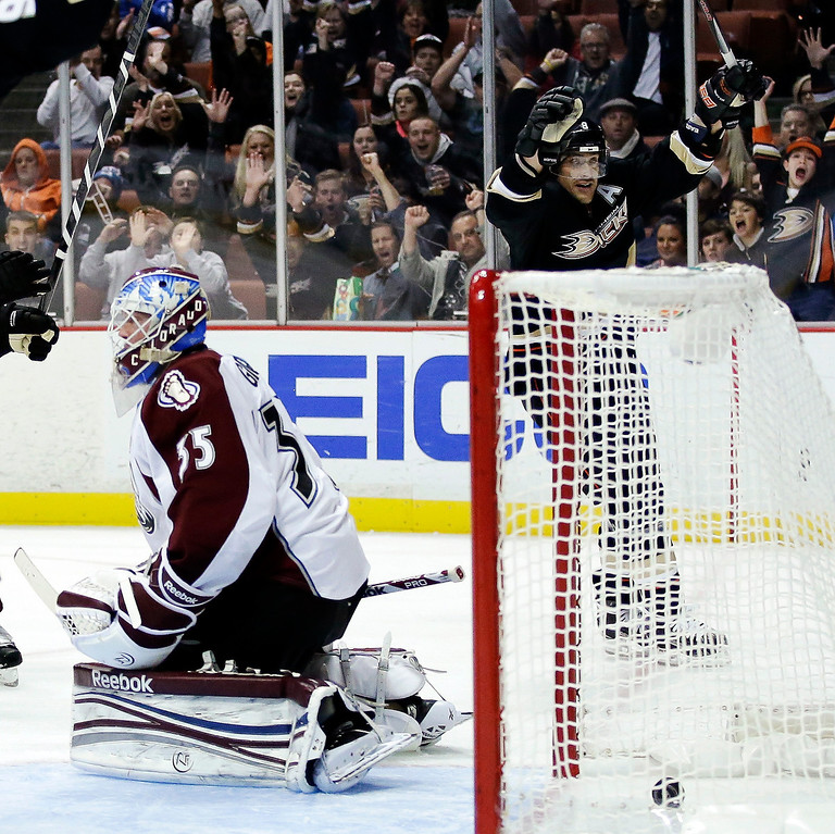 Description of . Anaheim Ducks right wing Teemu Selanne, right, celebrates his goal past Colorado Avalanche goalie Jean-Sebastien Giguere during the second period of an NHL hockey game in Anaheim, Calif., Sunday, Feb. 24, 2013. (AP Photo/Chris Carlson)