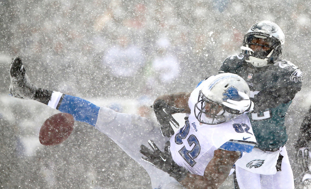 Description of . Detroit Lions' Dorin Dickerson, left, cannot hang onto a pass as Philadelphia Eagles' Brandon Boykin defends during the first half of an NFL football game, Sunday, Dec. 8, 2013, in Philadelphia. (AP Photo/Michael Perez)