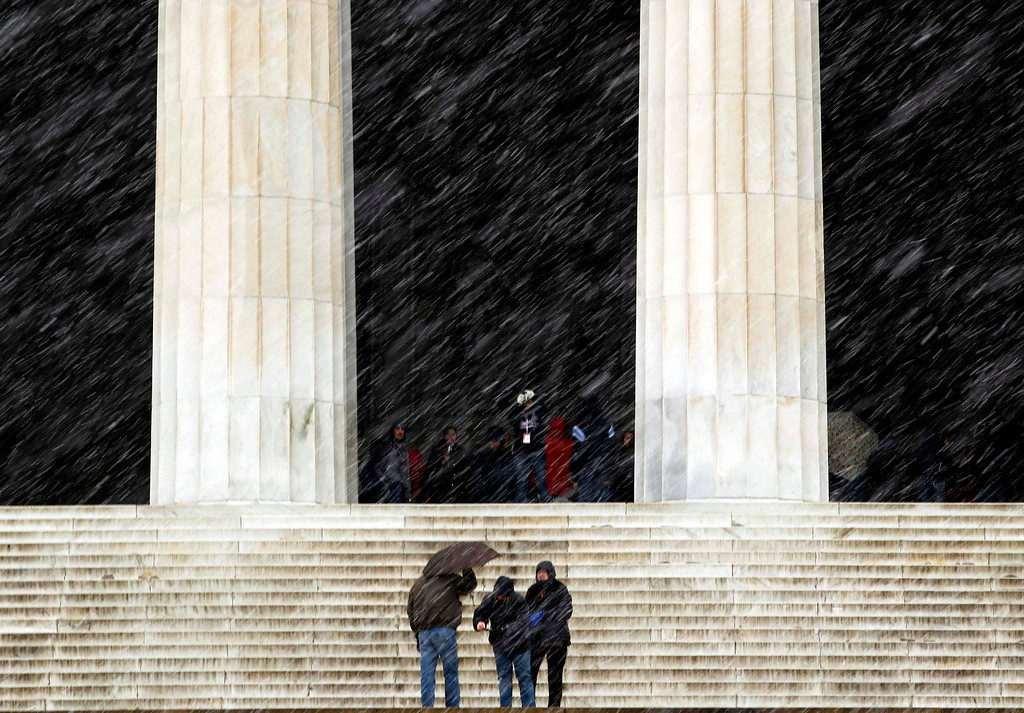 Description of . Tourists brave the falling snow to visit the Lincoln Memorial in Washington March 6, 2013. A fierce snowstorm packing heavy, wet snow shut down the U.S. capital on Wednesday as Washington could get slammed by its biggest snowfall in possibly two years, with 6 to 12 inches (15 to 30 cm) of snow expected after the storm moved eastward into the Mid-Atlantic States, the National Weather Service said.  REUTERS/Kevin Lamarque