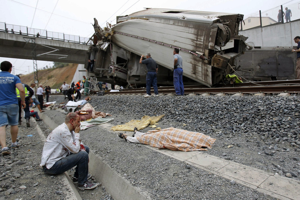 Description of . In this photo taken on July 24 2013, wounded people and dead bodies are seen at the site of a train accident in Santiago de Compostela, Spain, July 24, 2013.  (AP Photo/La Voz de Galicia/Xoan A. Soler)