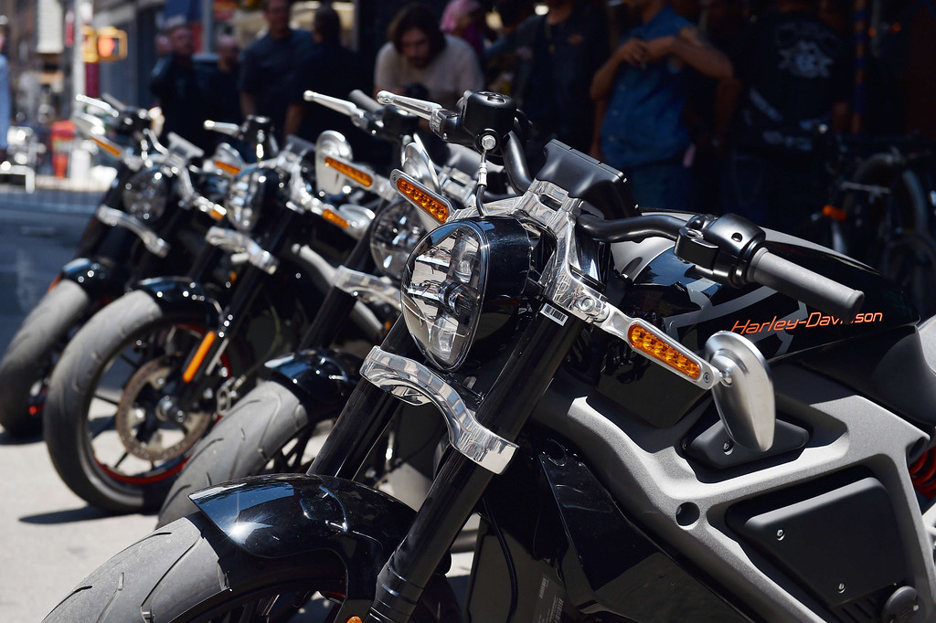 Description of . A row of Harley-Davidson Project LiveWire motorcycles, the company's first electric motorcycle, during a preview June 23, 2014 outside a Harley-Davidson dealer in New York. AFP PHOTO/Stan HONDA/AFP/Getty Images
