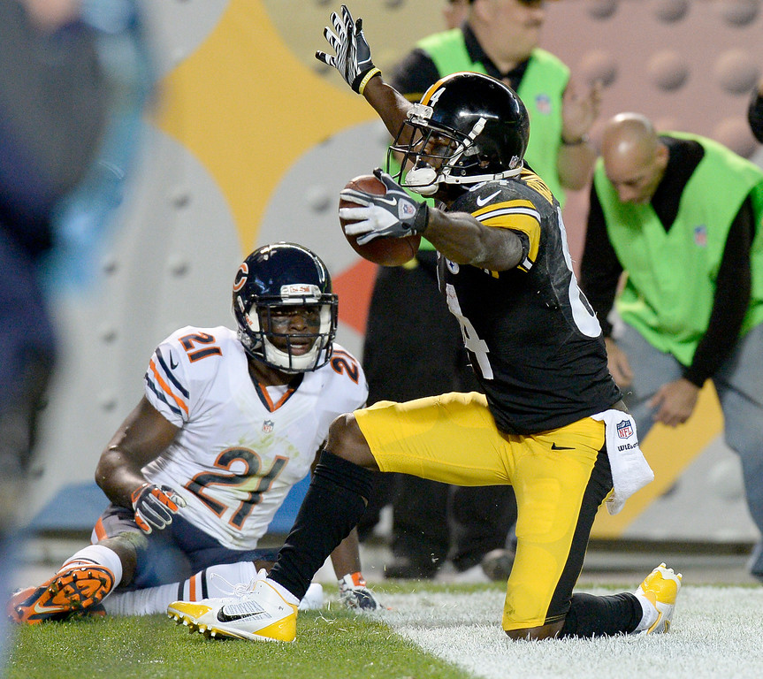 Description of . Pittsburgh Steelers wide receiver Antonio Brown (84) celebrates after making a touchdown catch in front of Chicago Bears strong safety Major Wright (21) in the second quarter of an NFL football game on Sunday, Sept. 22, 2013, in Pittsburgh. (AP Photo/Don Wright)