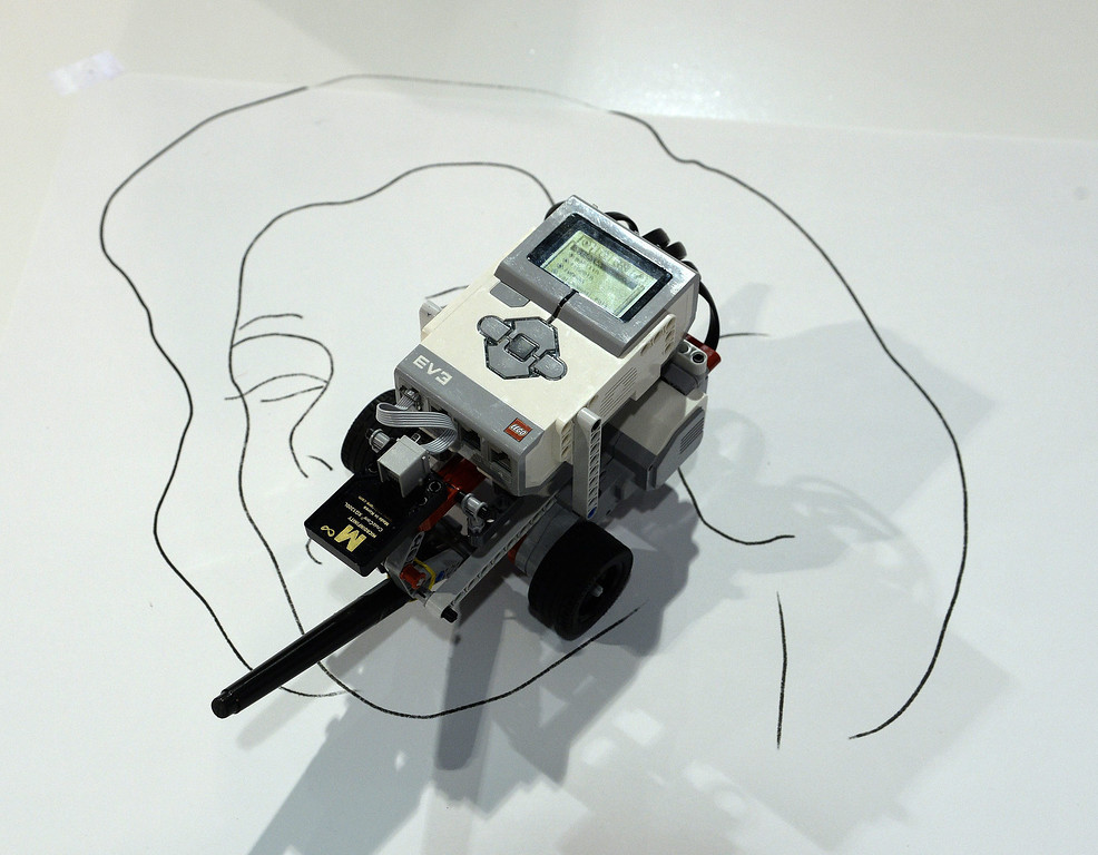 Description of . The Microinfinity Digital Gyroscope CruizCore XG 1300L processor is used in this robot to draw programmed portraits at the 2014 International CES (Consumer Electronics Show) in Las Vegas, Nevada, USA, 08 January 2014. CES, the world's largest annual consumer technology trade show, runs from 7-10 January and is expected to feature 3,200 exhibitors displaying their latest products and services to about 150,000 attendees.  EPA/MICHAEL NELSON
