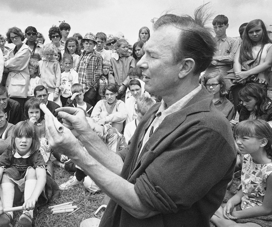 Description of . In this July 20, 1966, file photo, Pete Seeger conducts an instrument making session on Children's Day at the Newport Folk Festival, in Newport, R.I.  (AP Photo, File)