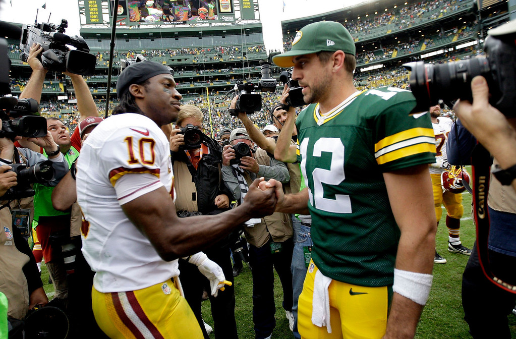 Description of . Green Bay Packers' Aaron Rodgers and Washington Redskins' Robert Griffin III greet each other after the game at Lambeau Field in Green Bay, Wisconsin, on Sunday, September 15, 2013. (Mike De Sisti/Milwaukee Journal Sentinel/MCT)