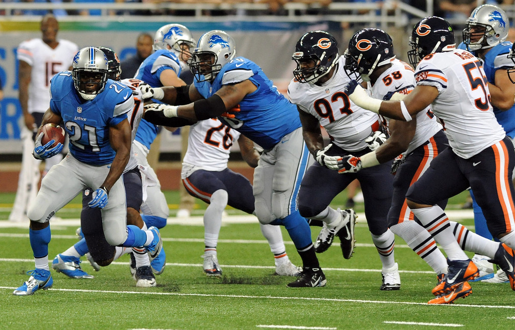 Description of . Detroit Lions running back Reggie Bush (21) rushes against the defense of the Chicago Bears during the first quarter of an NFL football game at Ford Field in Detroit, Sunday, Sept. 29, 2013. (AP Photo/Jose Juarez)