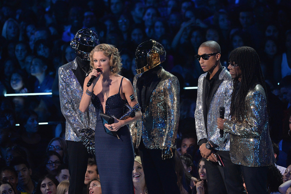Description of . Taylor Swift (C), Daft Punk, Pharrell Williams and Nile Rodgers speak onstage during the 2013 MTV Video Music Awards at the Barclays Center on August 25, 2013 in the Brooklyn borough of New York City.  (Photo by Rick Diamond/Getty Images for MTV)