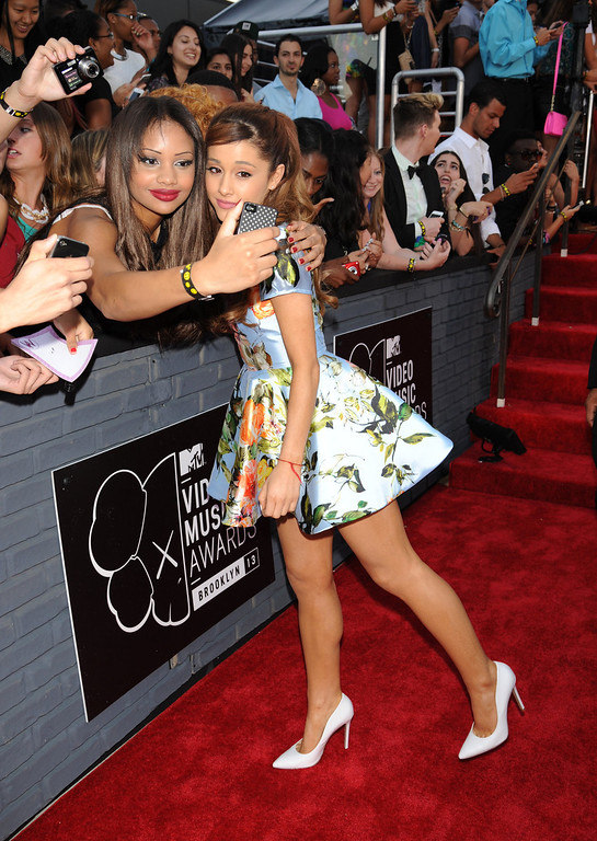 Description of . Ariana Grande poses with a fan at the MTV Video Music Awards on Sunday, Aug. 25, 2013, at the Barclays Center in the Brooklyn borough of New York. (Photo by Scott Gries/Invision/AP)
