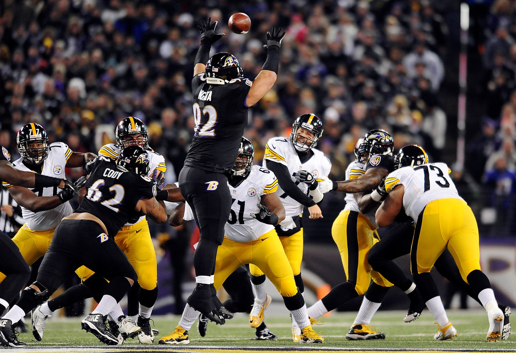 Description of . Baltimore Ravens nose tackle Haloti Ngata (92) tries but cannot block a pass by Pittsburgh Steelers quarterback Ben Roethlisberger (7) in the first half of an NFL football game Thursday, Nov. 28, 2013, in Baltimore. (AP Photo/Gail Burton)